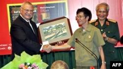 Đại sứ Michalak trả lại những bức họa đã bị mất cách đây 42 năm cho cựu chiến binh Lê Đức Tuấn