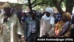 La ministre de la santé publique Ngarmbatnan Sou et son staff à Mandoul au Sud du Tchad, 21 février 2017. (VOA/André Kodmadjingar)