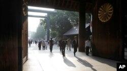 Đền Yasukuni thờ gần 2,5 triệu người chết trong chiến tranh, trong đó có 14 tội phạm chiến tranh đã bị kết án vì các hành động gây ra trong Thế Chiến II.