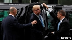 Агенти Секретної служби відкривають двері авто для президента США Дональда Трампа