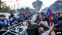 បាតុករព្យាយាមរើរបាំងការពារនៅខាងក្រៅអគាររដ្ឋាភិបាល ក្នុងពេលបាតុកម្មមួយនៅក្នុងក្រុងទីរ៉ាណា (Tirana) ប្រទេសអាល់បានី កាលពីថ្ងៃទី១១ ខែឧសភា ឆ្នាំ២០១៩។