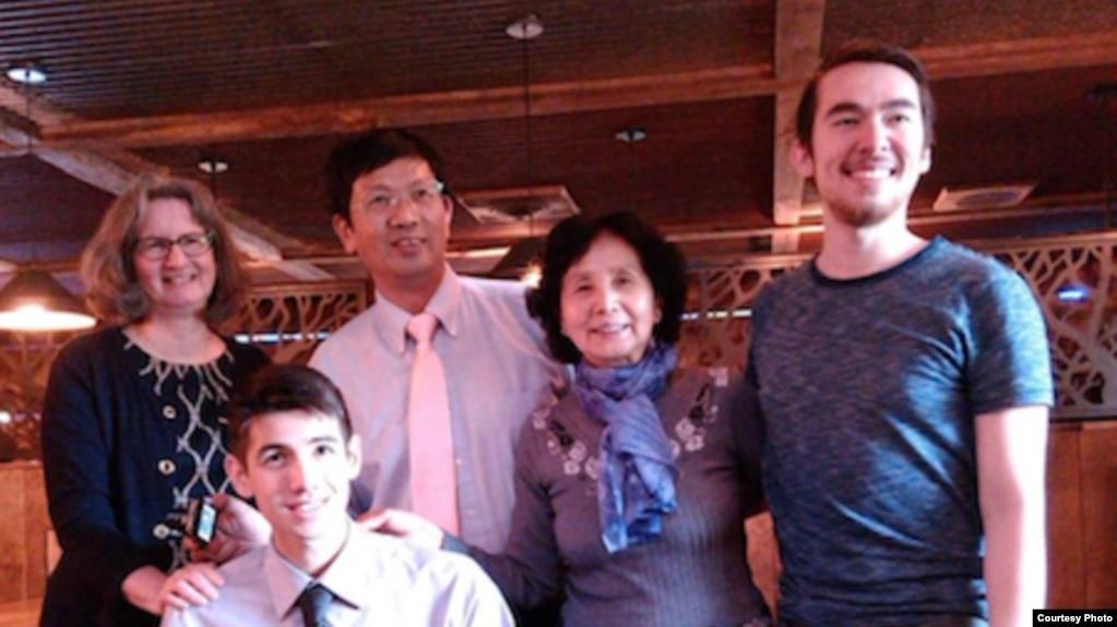 曹三強牧師(後排左二)和家人(公民力量)