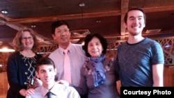 曹三强牧师(后排左二)和家人(公民力量)