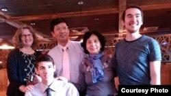 曹三強牧師(後排左二)和家人。(公民力量提供)