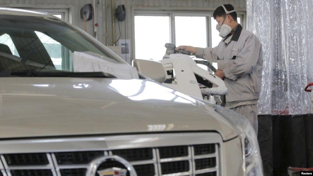 中國北京一家凱迪拉克4S店的工人正在修理汽車。 (2016年3月14日)