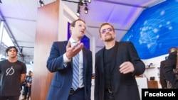 Mark Zuckerberg dan Bono mengunjungi ruang inovasi di markas besar PBB (26/9) hasil kerjasama Facebook dan PBB untuk menunjukkan pentingnya konektivitas bagi warga dunia.