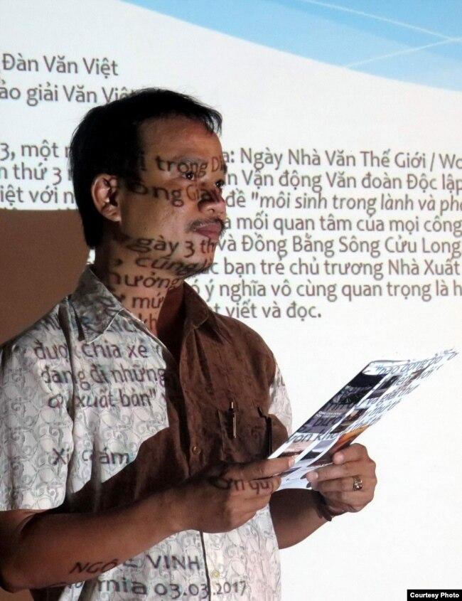 Nhà thơ Lý Đợi thay mặt nhà văn Ngô Thế Vinh đọc diễn từ trao giải thưởng. (Ảnh do nhà văn Ngô Thế Vinh cung cấp)