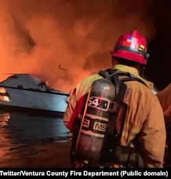 Gašenje broda na kome je izbio požar; Twitter/Ventura County Fire Department