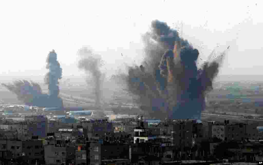 Khói bốc lên sau một vụ tấn công của Israel nhắm vào các đường hầm buôn lậu giữa biên giới Ai Cập-Rafah, phía nam Dải Gaza, ngày 19/11/2012.