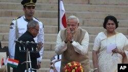 ادای احترام نارندرا مودی نخست وزیر جدید هند به پراناب مخرجی رییس جمهوری آن کشور - ۵ خرداد ۱۳۹۳