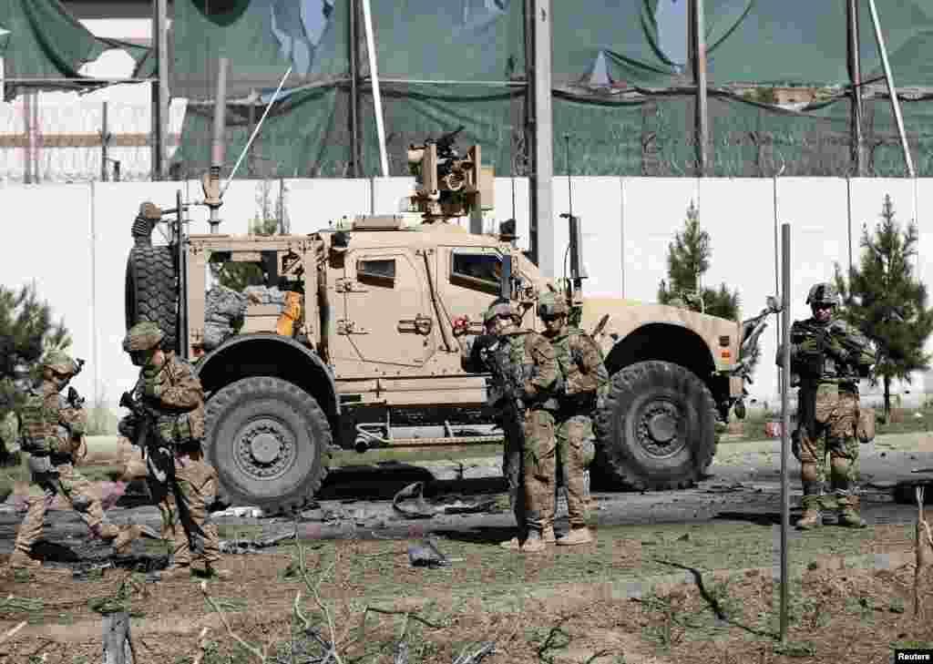 افغان حکام کے مطابق کابل میں امریکی سفارتخانے سے کچھ فاصلے پر خودکش حملہ آور نے بارود سے بھری گاڑی غیر ملکی فوجیوں کے قافلے سے ٹکرائی۔