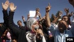 Para mahasiswa Universitas Yaman di Sanaa menuntut Presiden Ali Abdullah Saleh untuk meletakkan jabatan, Sabtu 22 Januari 2011.