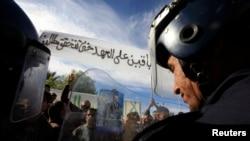 Des policiers dans la ville de Laghouat, en Algérie, le 11 janvier 2012.