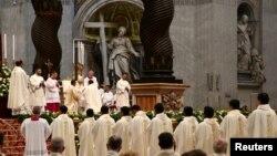 Le pape François bénissant un prêtre nouvellement ordonné lors d'une messe à la basilique Saint Pierre, Vatican, le 22 avril 2018.