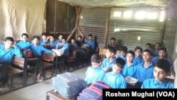 لائن آف کنڑول کے قریبی دیہات کے ایک سکول میں بچوں کو تعلیم دی جا رہی ہے۔ (فائل)