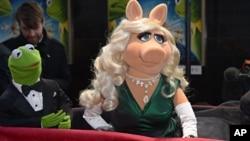 "Palco VIP en el estreno de ""Muppets Most Wanted"", junto a la rana René."