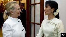 Wezîra Derve ya Amerîka Hillary Clinton û Rêbera demokrasîxwaz ya Burmayî Aung San Suu Kyi
