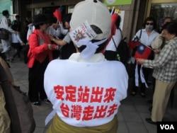 反對反服貿的公民正義聯盟人士(美國之音張永泰 拍攝)