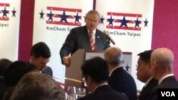 梅嫩得兹参议员在台北发表演讲 (美国之音雅莉拍摄)
