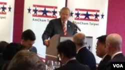 梅嫩得茲參議員在台北發表演講(美國之音雅莉拍攝)