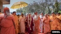 សម្តេចសង្ឃ Dalai Lama បានមកដល់ Sri Udasin Karshni Ashram បន្ទាប់ពីការស្វាគមន៏បែបប្រពៃណី។
