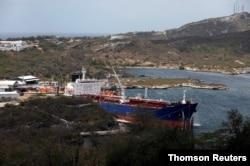 Sebuah kapal tanker minyak mentah berlabuh di terminal PDVSA Kilang Minyak Isla di Willemstad di Pulau Curacao. (Foto: Reuters)