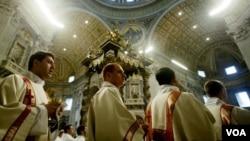 Para Pastor menghadiri acara penganugerahan gelar Kudus bagi Paus Yohannes Paulus di Basilica St. Peter. Vatikan meluncurkan pusat pembelajaran online sebagai pedoman bagi para Pastor.