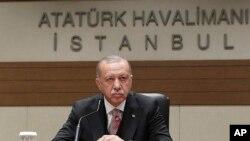 Cumhurbaşkanı Recep Tayyip Erdoğan, İstanbul Atatürk Havalimanı'ndan Rusya'ya hareketinden önce ve dönüşte uçakta gazetecilerin sorularını yanıtladı.