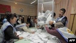 Подсчет голосов на избирательном участке в Бишкеке. Кыргызстан. 10 октября 2010 года