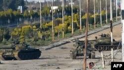 敘利亞政府軍的坦克在街道巡邏。