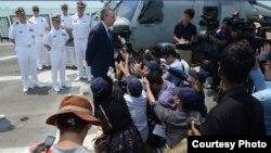 美國駐新加坡大使戴維.阿德爾曼在自由號甲板上舉行記者會(圖片來源:美國海軍)