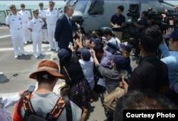 美国驻新加坡大使戴维阿德尔曼在自由号甲板上举行记者会(图片来源:美国海军)