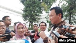 Basuki Tjahaja Purnama (Ahok), Komisaris Utama PT Pertamina (persero) (kanan), bersama Dirut PT Pertamina (persero) Nicke Widyawati (kiri) memberikan keterangan kepada media usai pertemuan dengan Presiden Jokowi di Istana Merdeka, Jakarta, 10 Desember 2019. (Foto: VOA/Ghita)