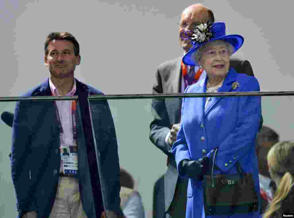 Britain's Queen Elizabeth visits the Aquatics Centre with London 2012 Olympics Games chief Sebastian Coe (L) July 28, 2012