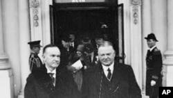休伯特.胡佛(右)与他的前任柯立芝总统