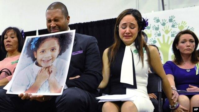 Jimmy Greene (centro) y Nelba Marquez, padres de Ana Marquez-Greene junto a Nicole Hockley, madre de Dylan expresaron muestras de dolor durante la conferencia a un mes de la masacre.