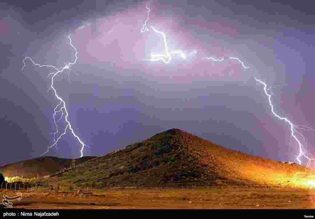 رعد و برق در مشهد عکس: نیما نجف زاده