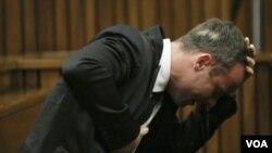 Oskar Pistorijus plače tokom svedočenja o ubistvu svoje devojke, 8. april 2014.