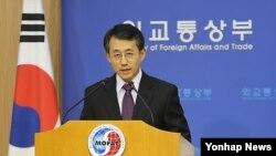 한국 외교통상부 조태영 대변인이 13일 정례브리핑에서 북한의 로켓 발사와 관련한 유엔 안보리의 제재조치에 대해 설명하고 있다.