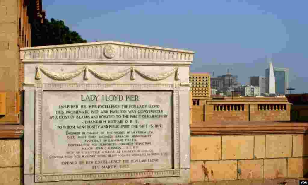 اکیس مارچ 1921ء کی نشاندہی کرتی ایک اور تختی جس سے عمارت کی مختصر مگر جامع تاریخ کی ایک جھلک موجود ہے
