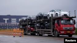 一輛大貨車運出特斯拉上海工廠出產的汽車。(2021年5月13日)