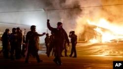 白人警察威爾遜不予起訴被宣佈後﹐當地部份建築物起火