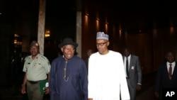 Rais wa zamani wa Nigeria, Goodluck Jonathan akiwa pamoja na rais aliye madarakani sasa, Muhammadu Buhari mjini Abuja, Nigeria