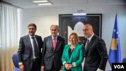 Amanda Benet, šef albanskog servisa Arben Džidžo i direktor Evroazijske divizije Glasa Amerike Elez Biberaj sa kosovskim premijerom Ramušom Haradinajem