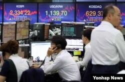 14일 장 마감 후 서울 중구 KEB하나은행 본점 딜링룸 전광판이 코스피 2,334.22를 표시하고 있다.