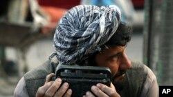 Người dân Afghanistan tìm sóng phát thanh để nghe tin tức hàng ngày ở Kabul.