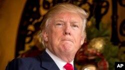 ປະທານາທິບໍດີ ທີ່ຖືກເລືອກໃໝ່ ທ່ານ Donald Trump ຕອບຄຳຖາມຈາກສະມາຊິກສື່ມວນຊົນຢູ່ ຄະລຶຫາດ Mar-a-Lago, ໃນເມືອງ Palm Beach, ລັດ ຟລໍຣິດາ, 21 ທັນວາ, 2016.