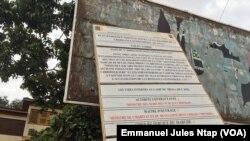 Une plaque qui annonce les travaux sur une dizaine de voies délabrées à Yaoundé, au Cameroun, le 28 février 2018. (VOA/Emmanuel Jules Ntap)