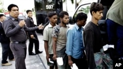 Cảnh sát Thái Lan áp tải người Hồi giáo Rohingya bị bắt giữ vì nhập cư bất hợp pháp tại tỉnh Ranong, tây nam Thái Lan. Lực lượng an ninh Thái bị cáo buộc can dự vào việc đưa lậu người Hồi giáo Rohingya ra khỏi Miến Ðiện.