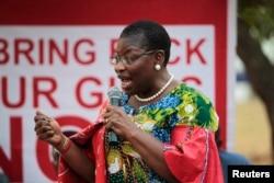Obiageli Ezekwesili yana magana a lokacin wani taron da suka yi domin tattauna kokarin kwato 'yan matan na Chibok da aka sace.